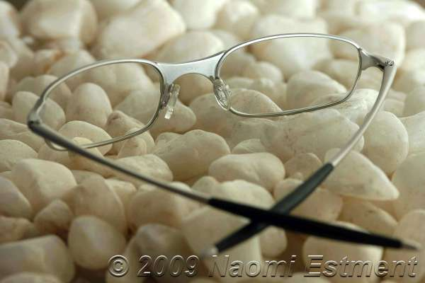 SPECTACLES ON STONES